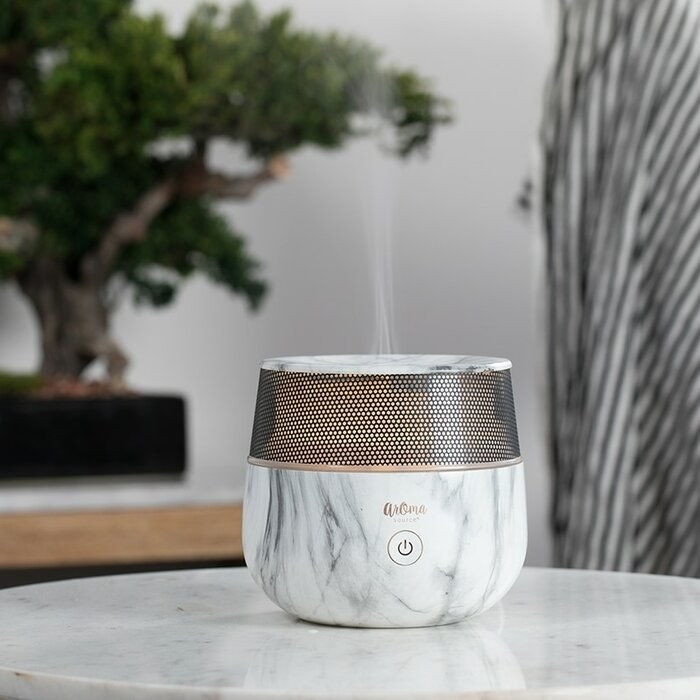 Marble-style diffuser in wide rounded body emitting essential oils