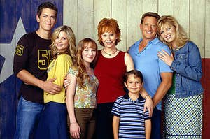 The cast of Reba posting together as one big disjointed but happy family