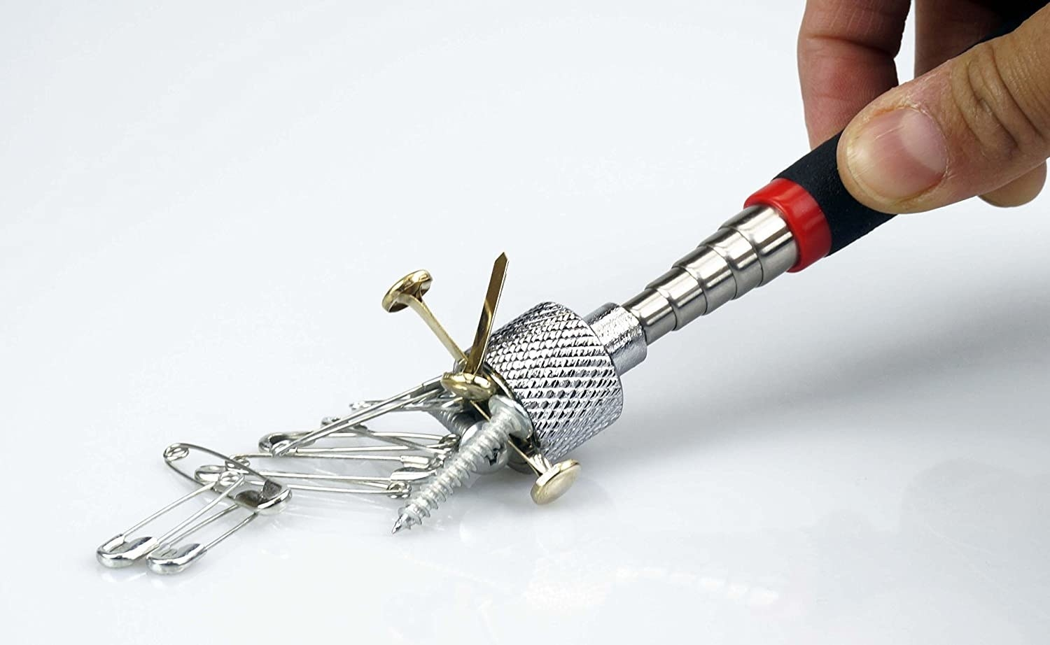 The grabber magnetizing metal pieces