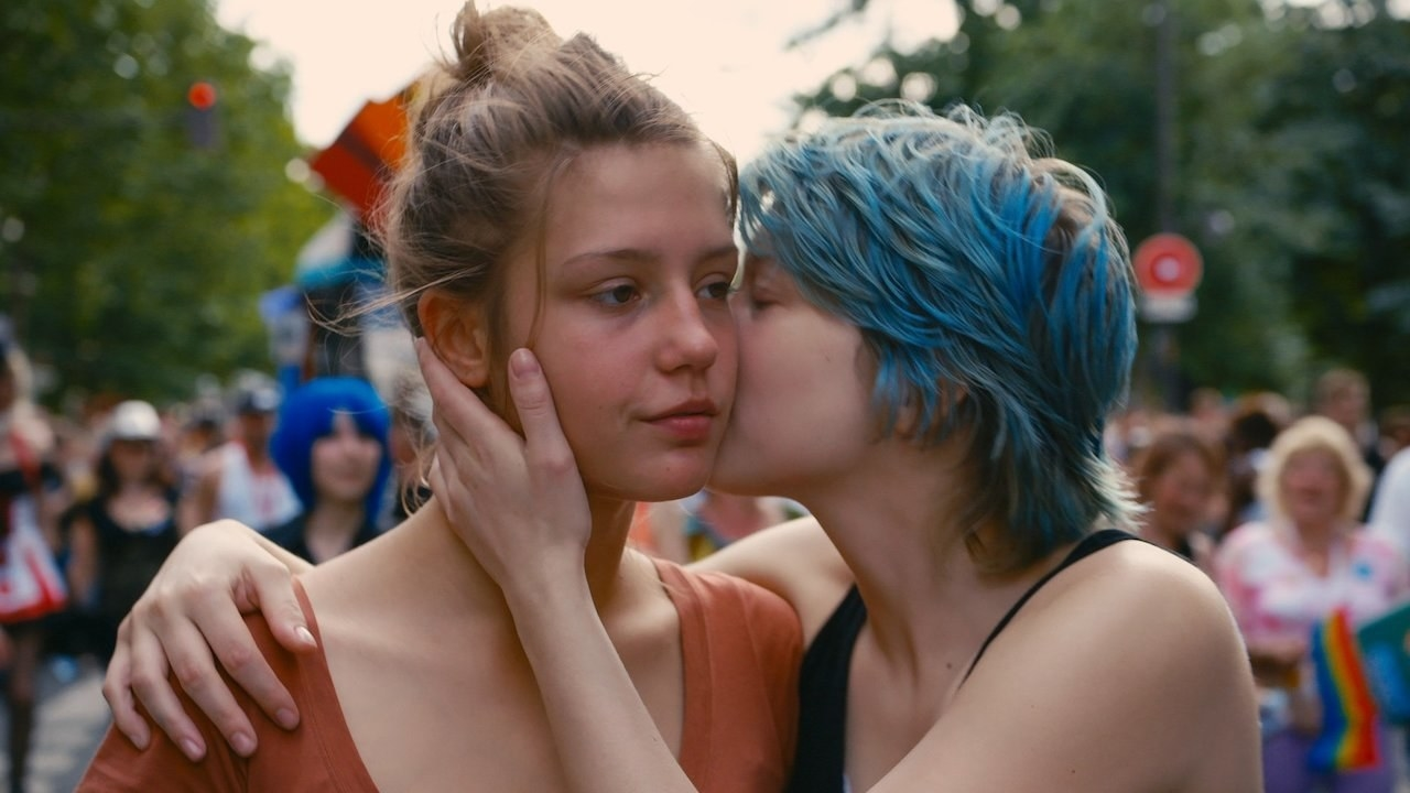 Léa Seydoux and Adèle Exarchopoulos kiss in Blue is the Warmest Color