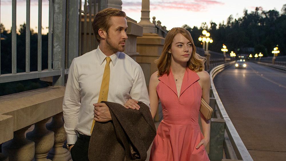 Emma Stone as Mia walks arm and arm with Sebastian (Ryan Gosling).