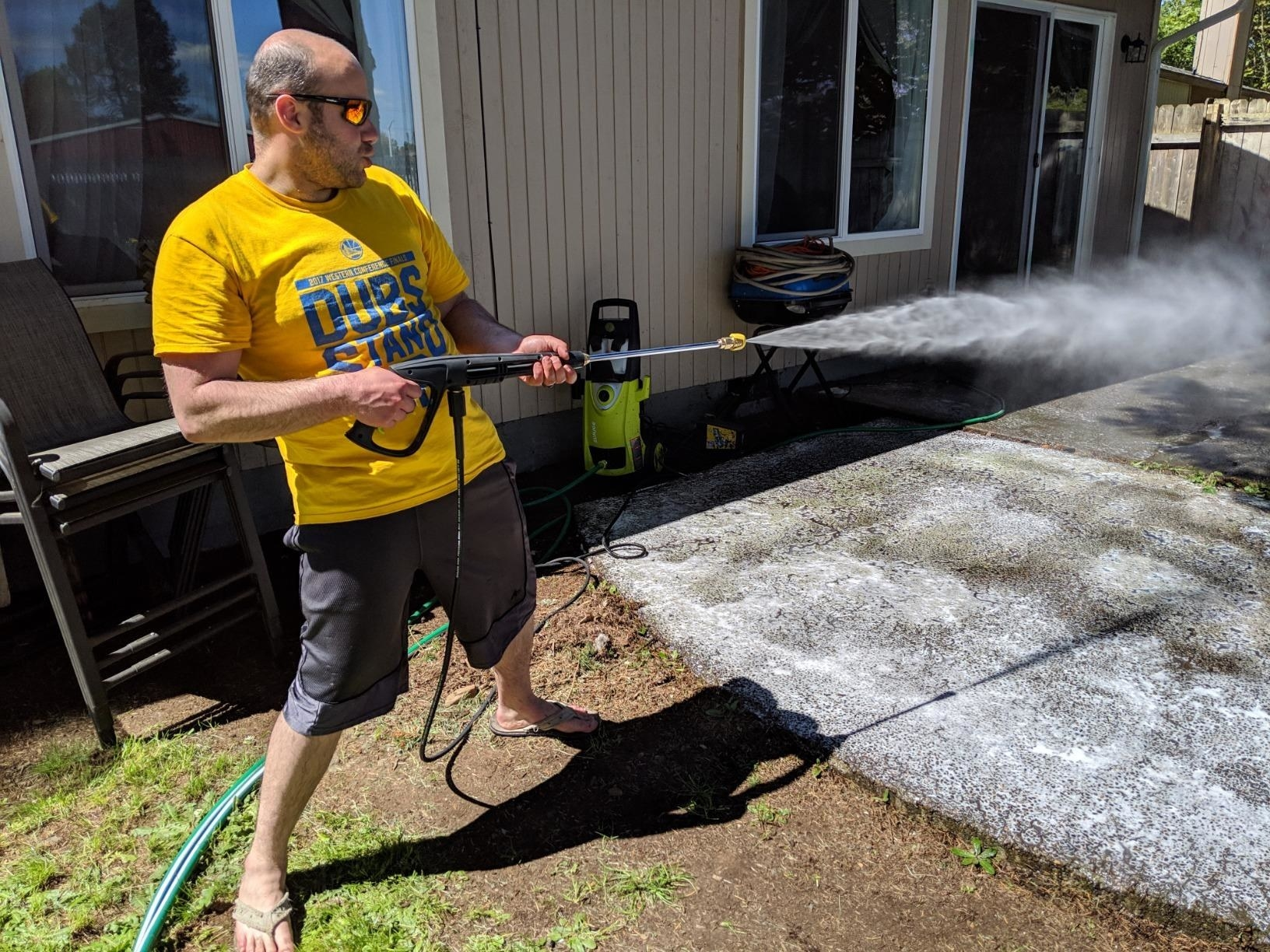reviewer uses water pressure gun and looks like they're having a great time