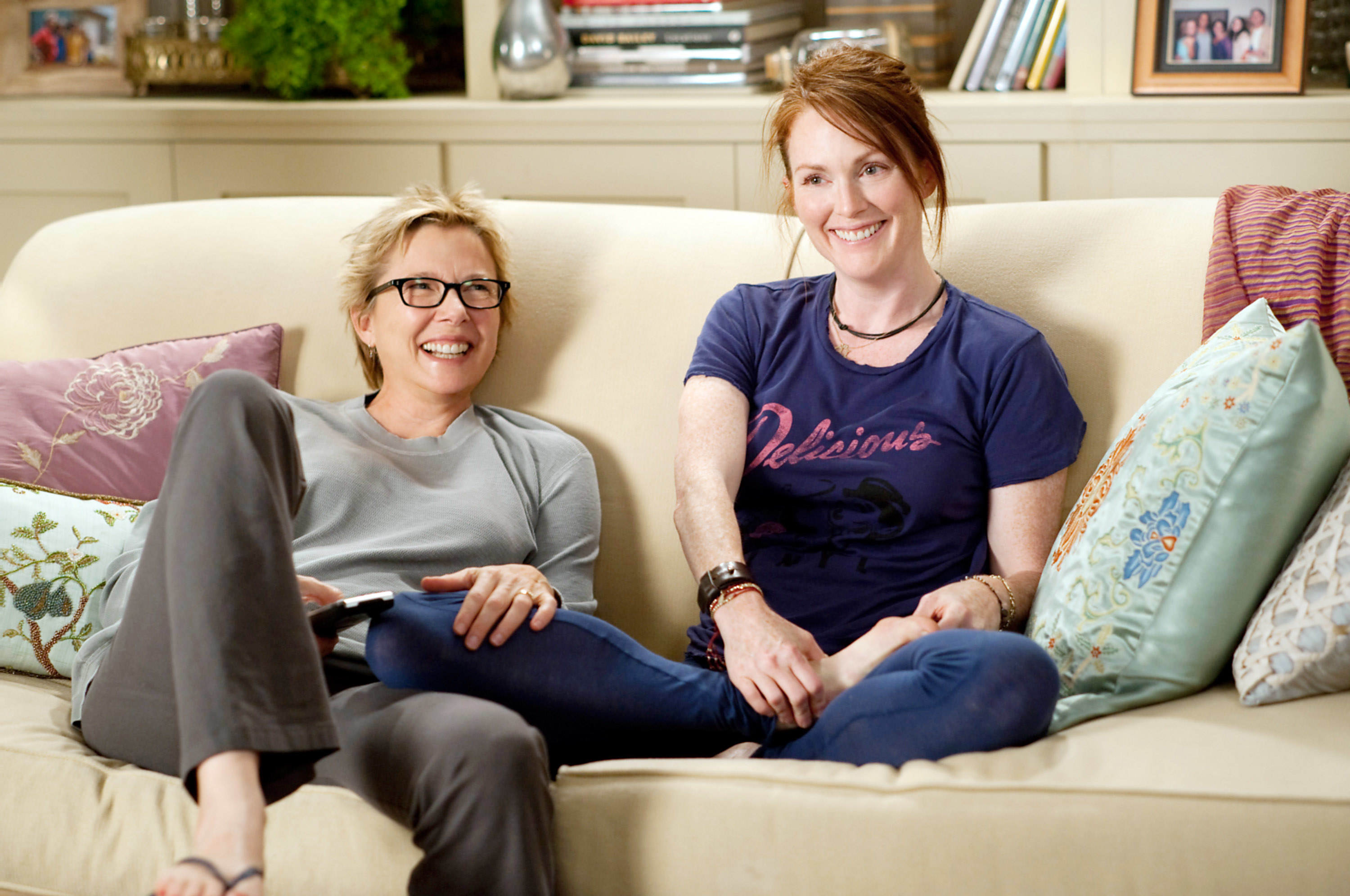 """Julianne Moore and Annette Bening sitting on a couch in """"The Kids Are All Right"""""""