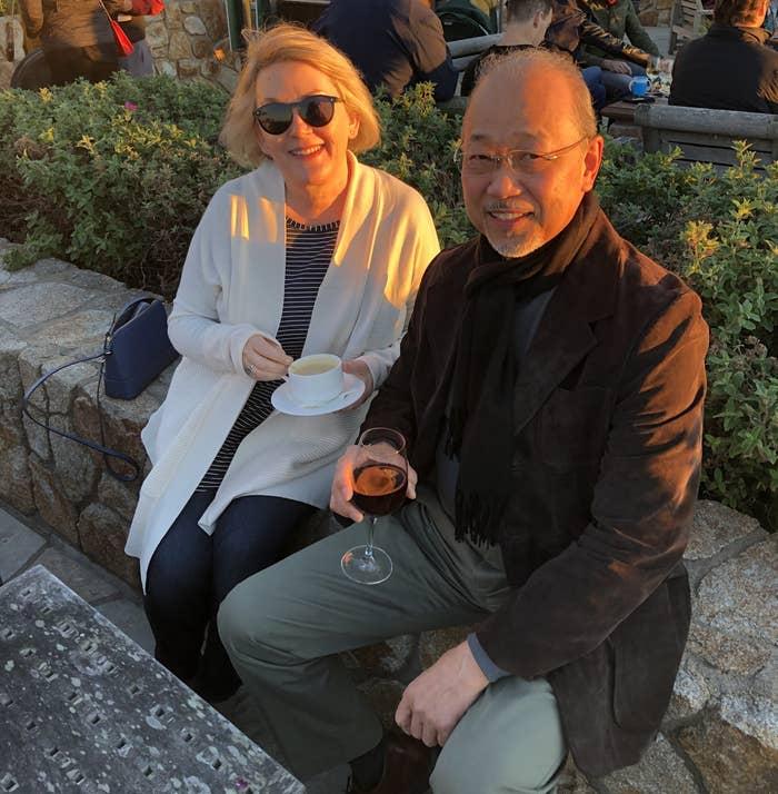 コーヒーを飲んでいるテリーさんと、ワインを飲んでいるキヨシさん