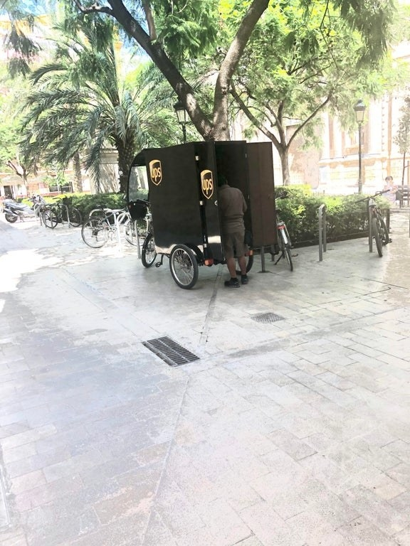 A UPS branded tricycle carriage