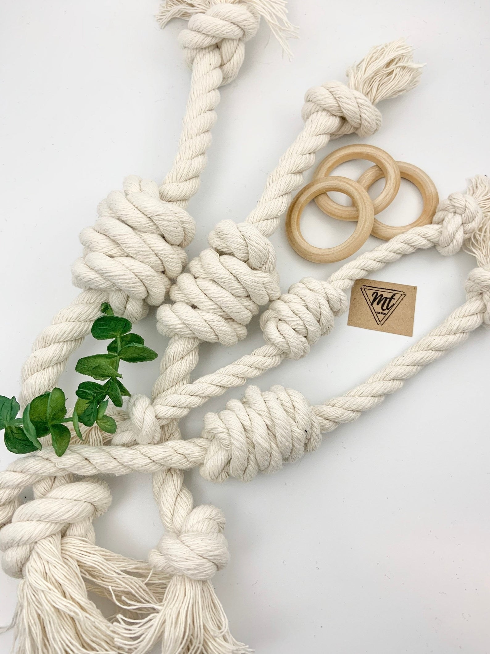 The knotted rope toy