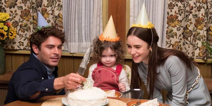 Zac Efron cortando un pastel con niña y mujer fiesta de cumpleaños