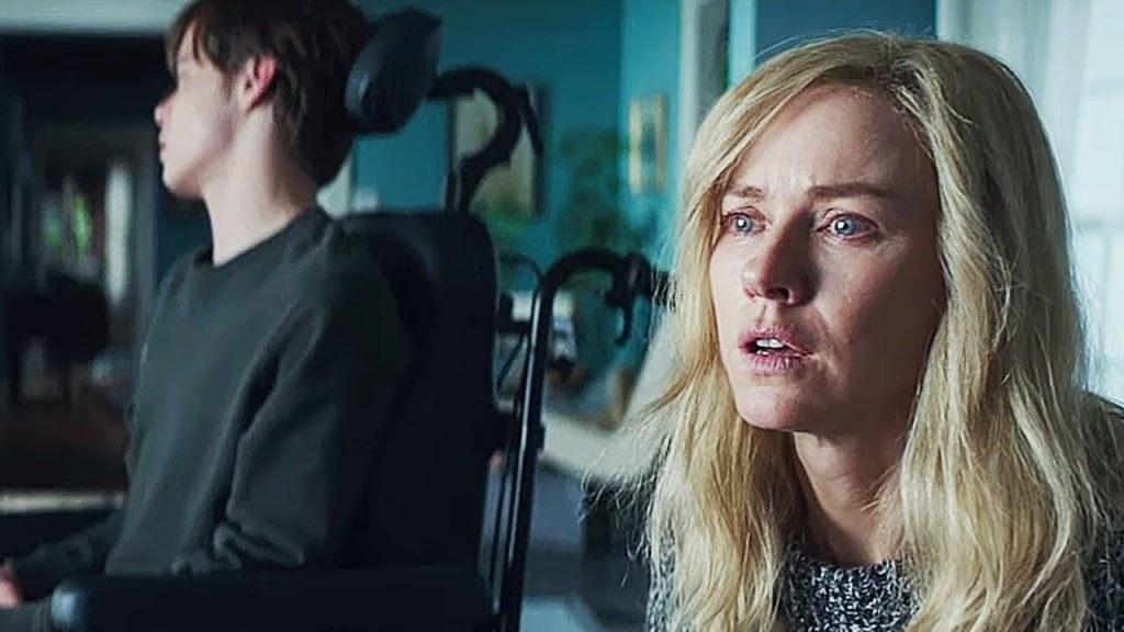 Naomi Watts asustada con chico en silla de ruedas