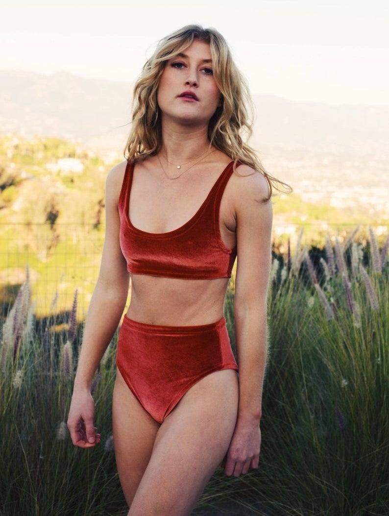 "一种model wearing the scoop neck, high-waisted red velvet bikini""class="