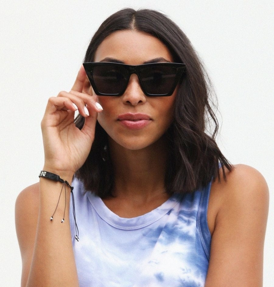 Model wearing the sunglasses in black