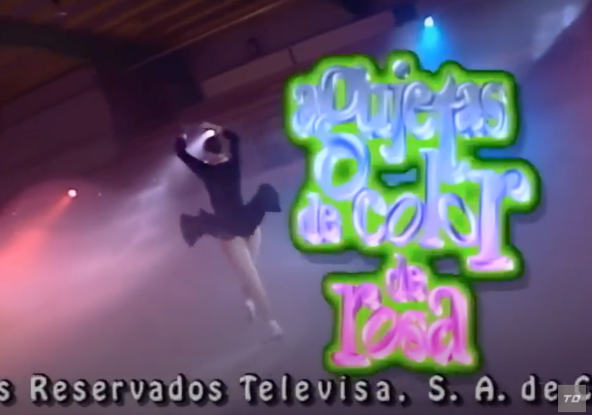 "A screenshot of the an ice skater next to the logo of ""Agujetas de Color de Rosa"" from the intro"