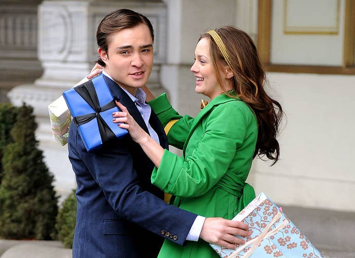 """Ed Westwick and Leighton Meester hugging on the set of """"Gossip Girl"""""""