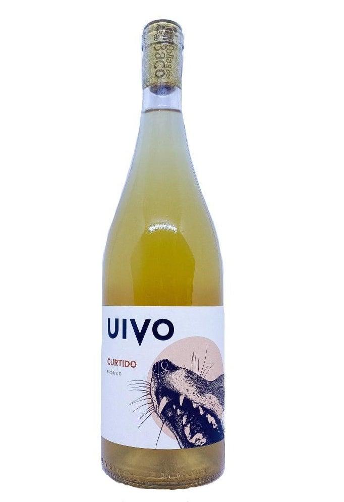 A bottle of white Folias de Baco Uivo Curtido Branco.