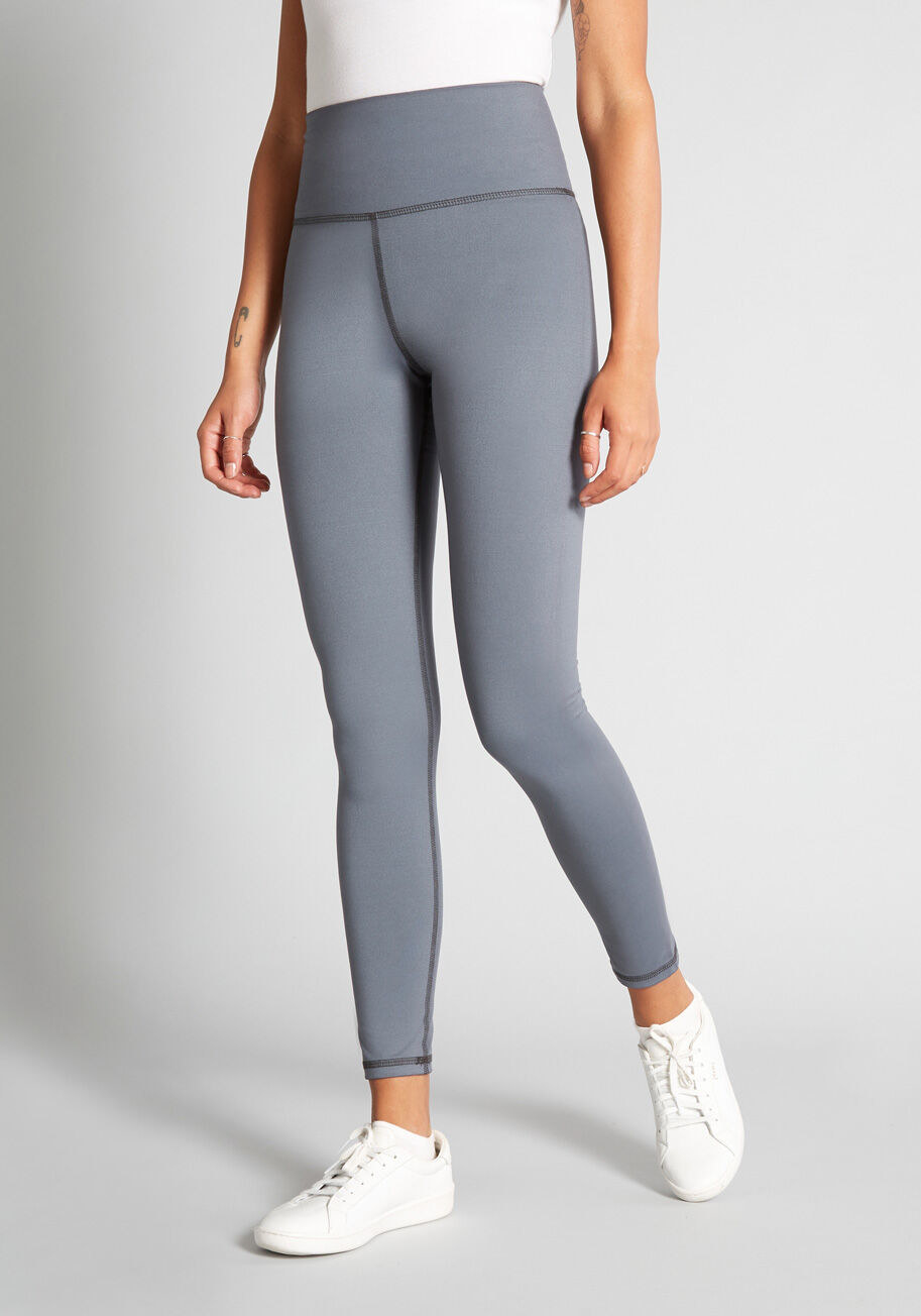 High-waisted leggings in grey with darker grey stitches along the hems