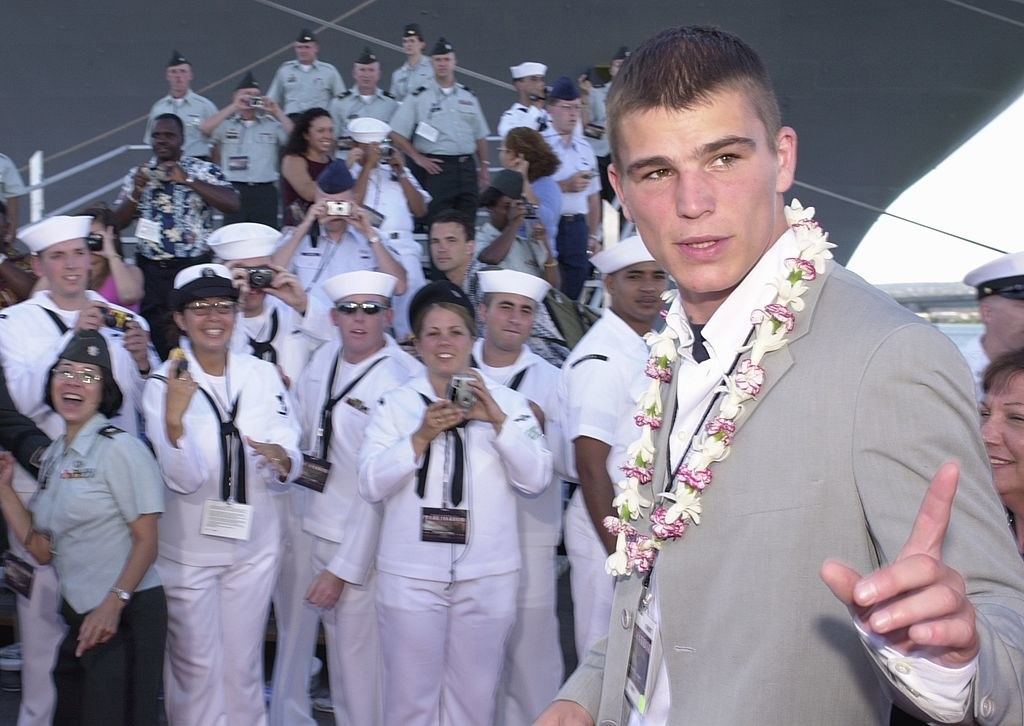 """Josh Hartnett at the premiere for """"Pearl Harbor"""" in 2001, with Navy officers in the background"""