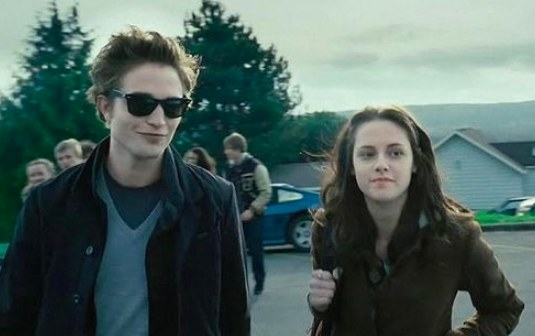 Still from Twilight: Edward and Bella arrive at school together