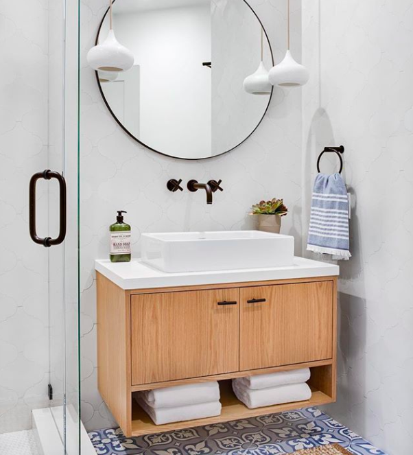 A photo of a gorgeously decorated bathroom.