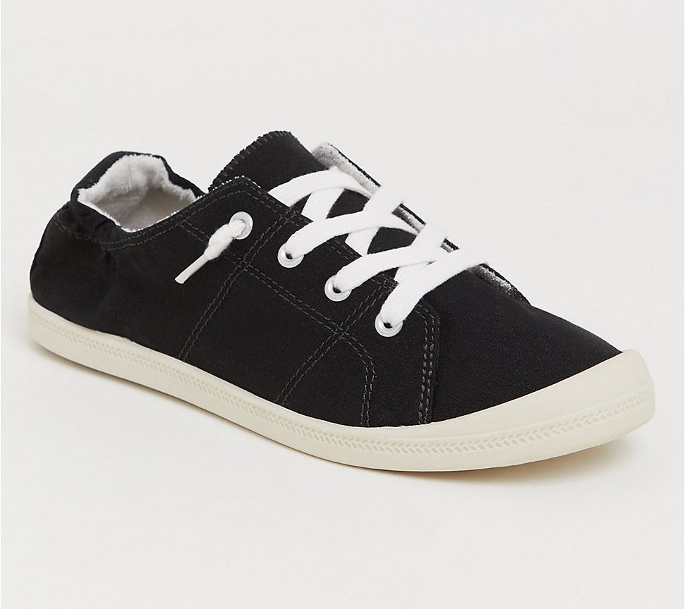 The low-top sneaker in black with ruching in the heel and white laces and sole