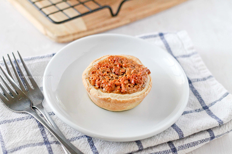 A plate with one small gizzada tart.