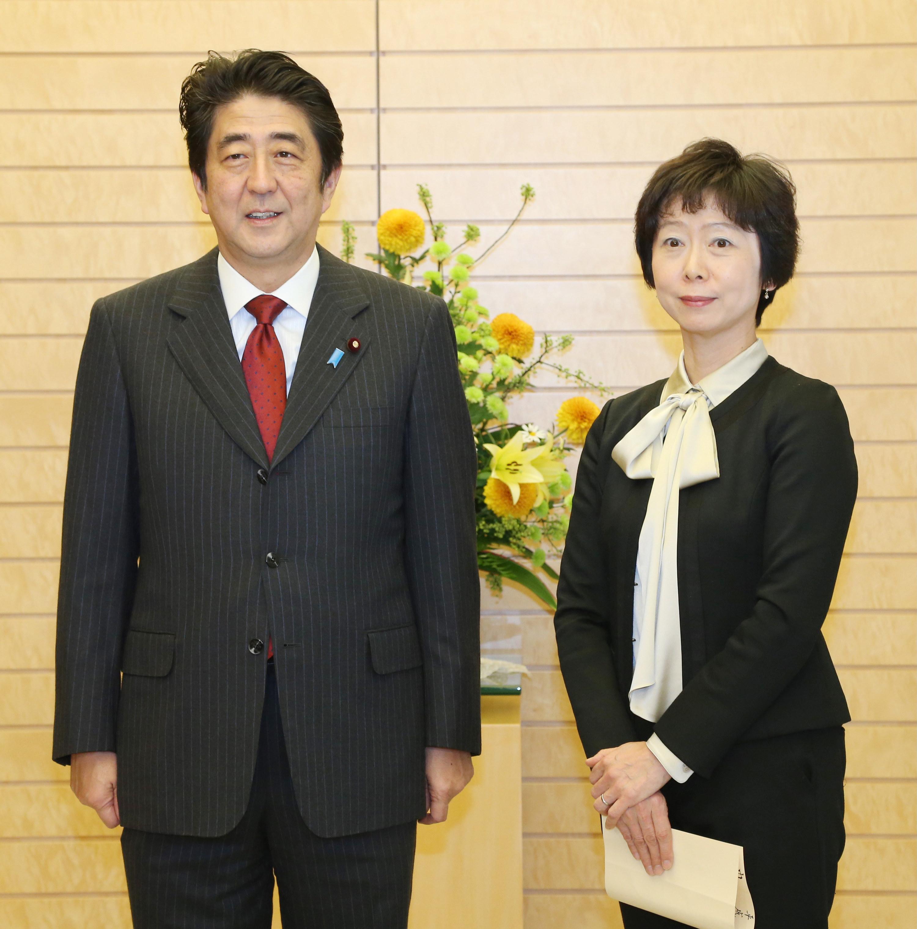 菅新首相が初めて会見、司会の女性は誰? 安倍政権との「違い」とは