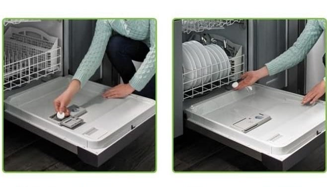 A person puts a tablet into a dishwashing machine