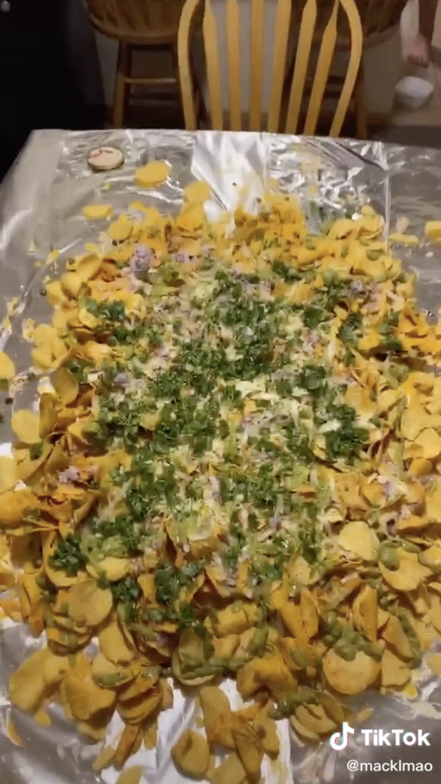 The table of nachos covered in toppings.