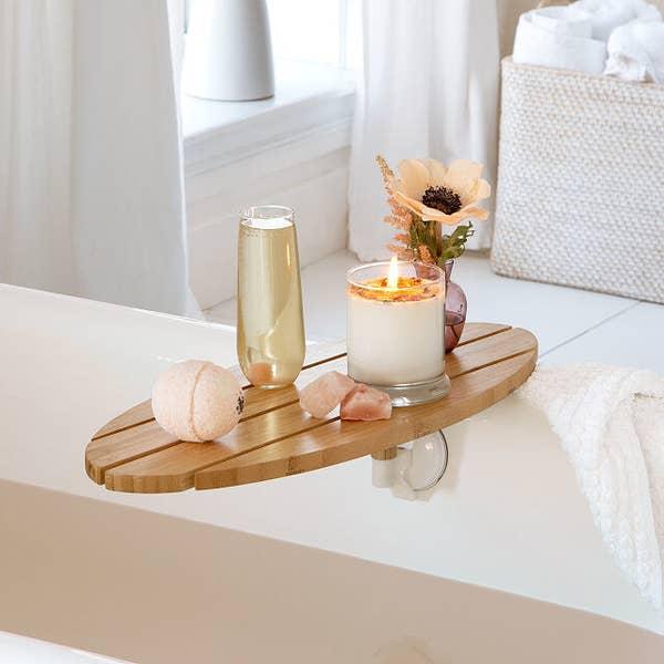 椭圆形托盘由连接到浴缸侧面的多个木板制成