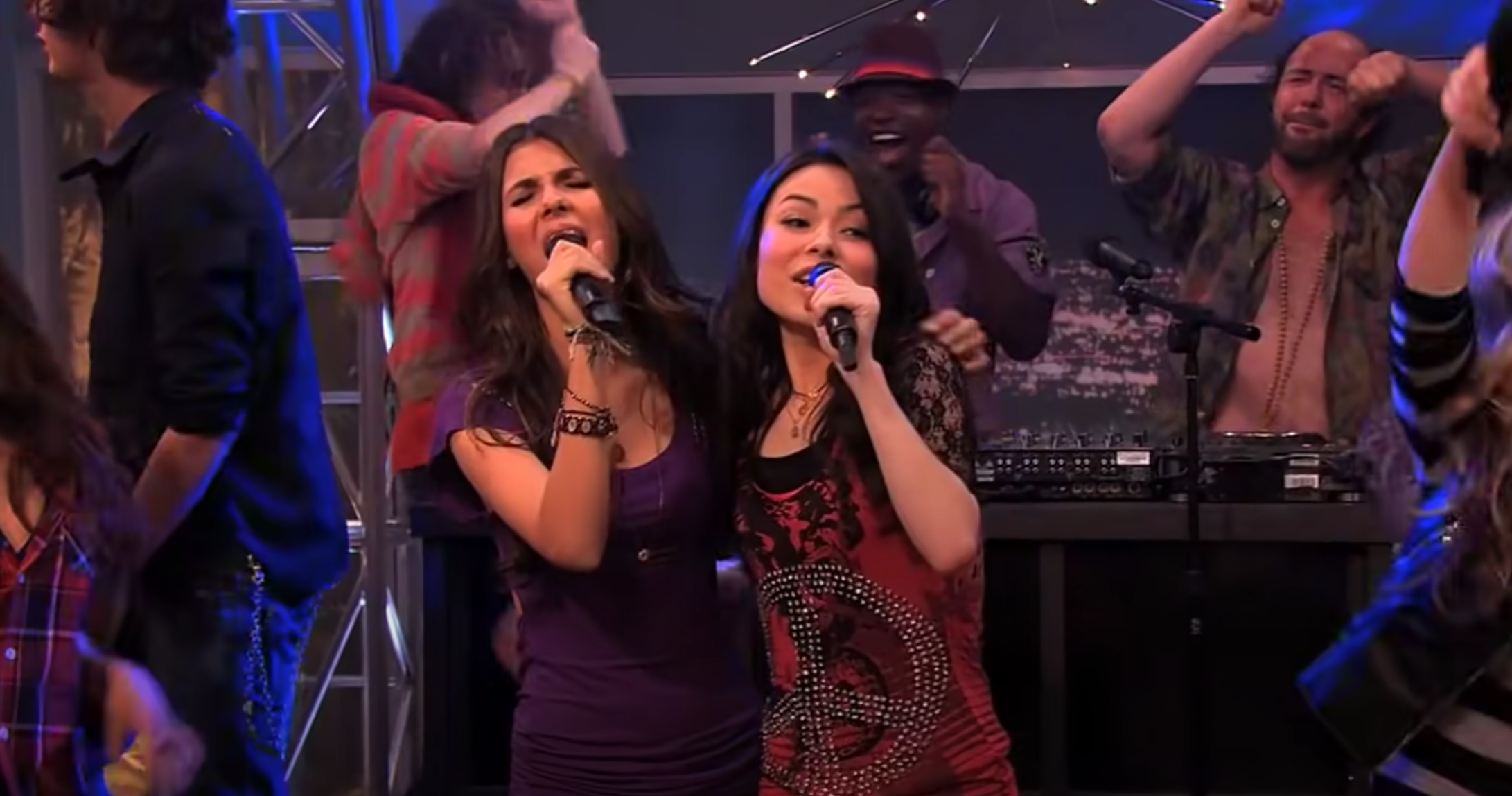 """Carly from """"iCarly"""" and Tori from """"Victorious"""" sing together on stage"""