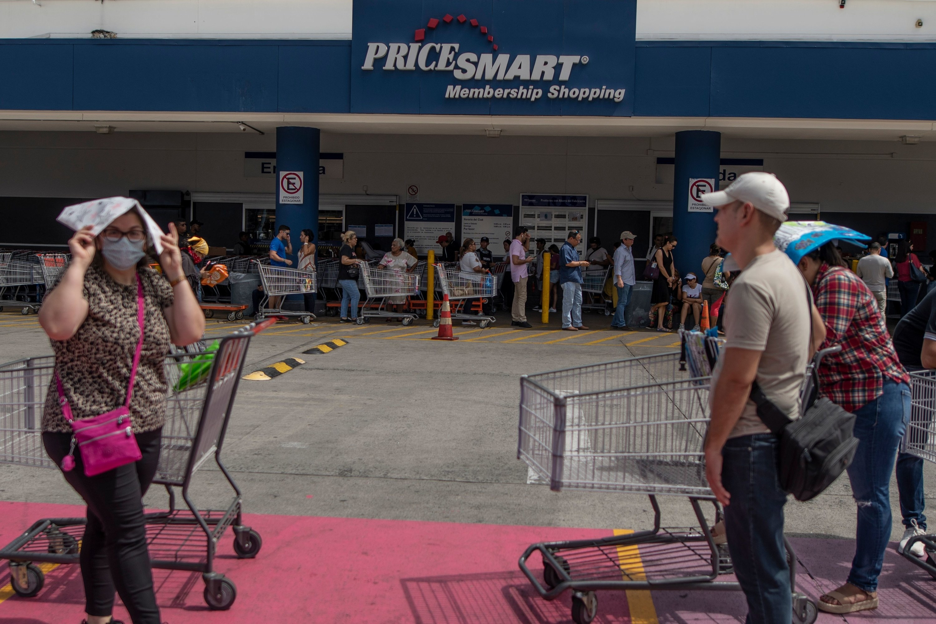 The line outside of a Pricesmart supermarket