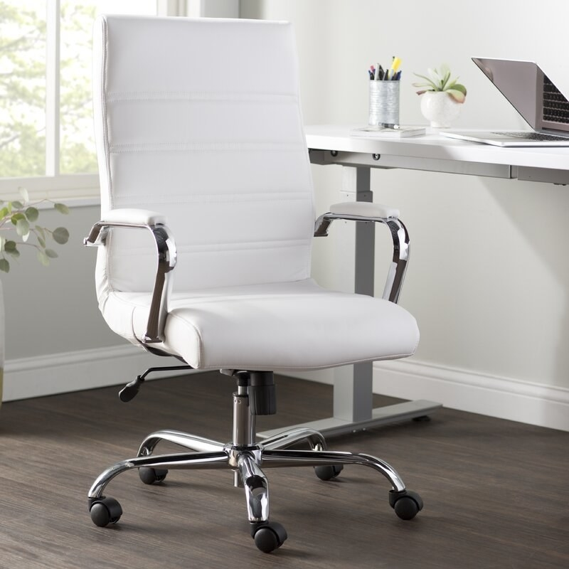 Swivel chair with a white upholstery