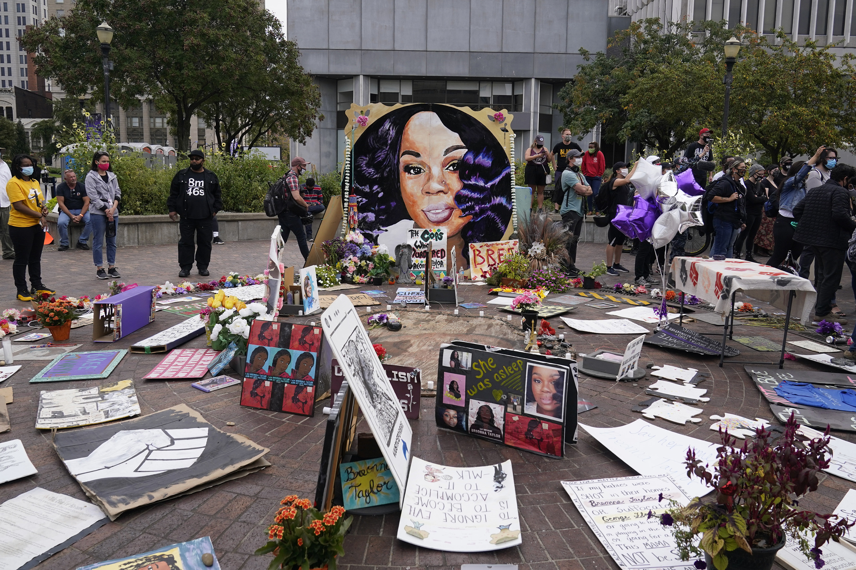 A memorial to Breonna Taylor showing cards and solidarity