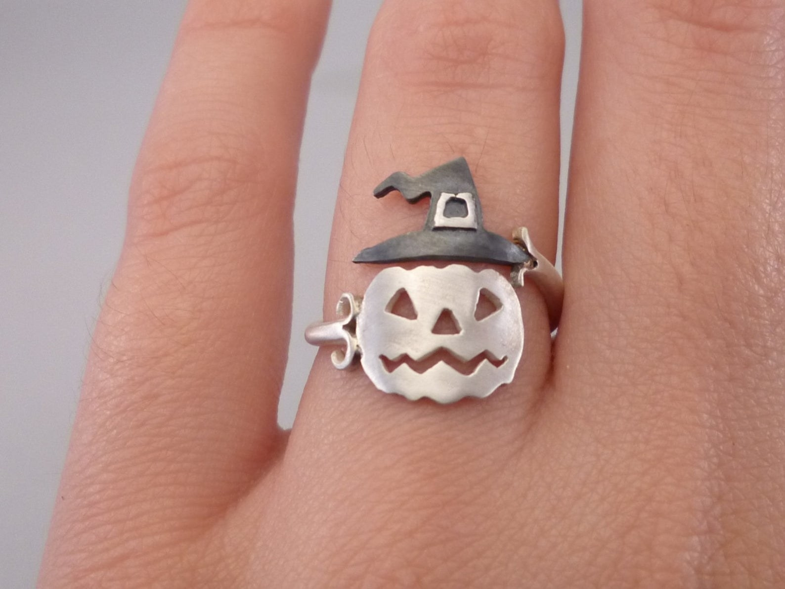 A ring with a jack-o-lantern wearing a witch's hat