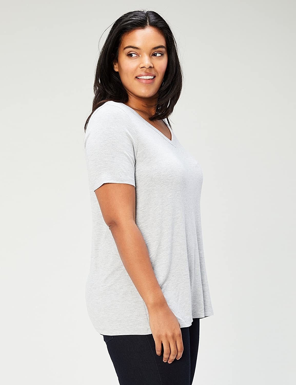 model wearing gray tee
