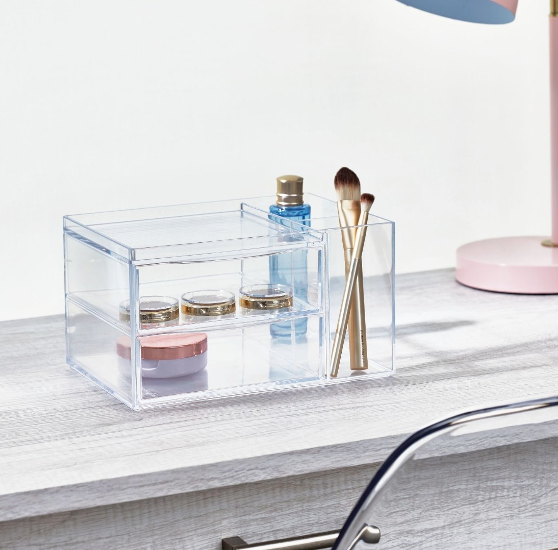 The makeup organizer being used to hold brushes and palates