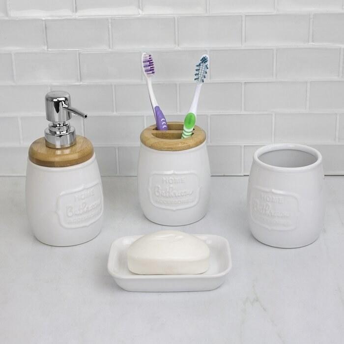 The ceramic bathroom accessory set