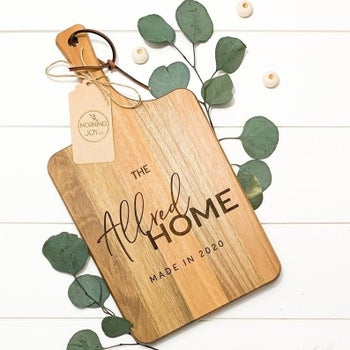 The cutting board with a family emblem engraved on it