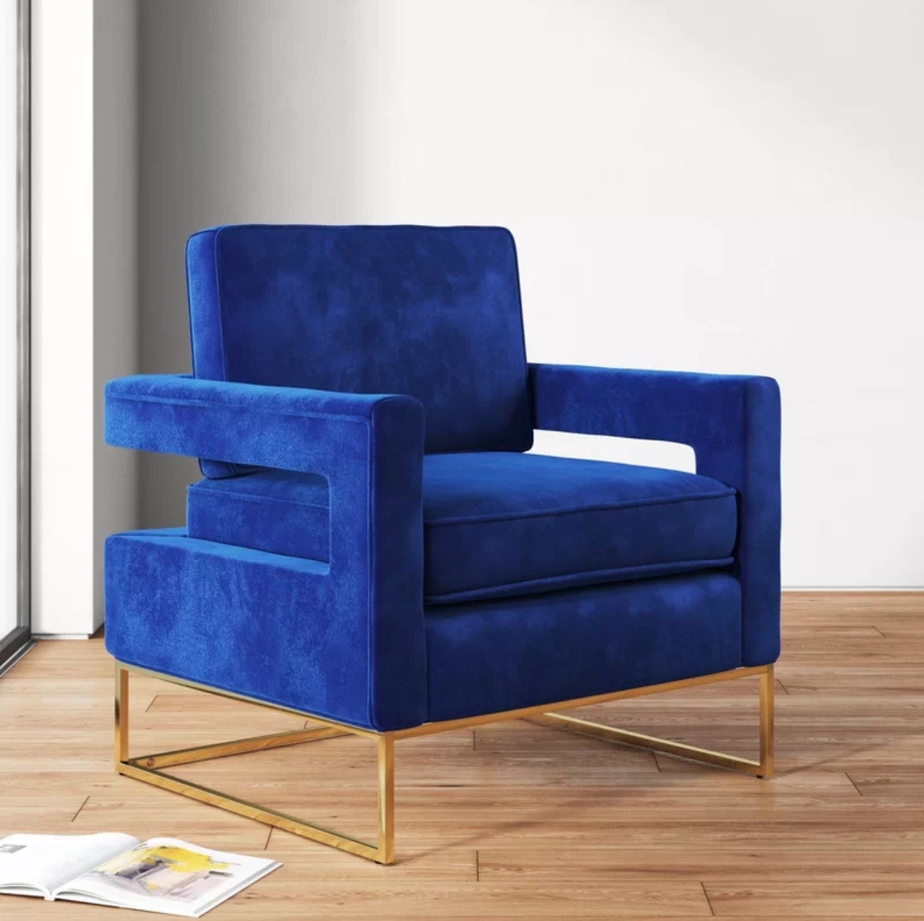 The armchair in blue velvet with gold legs