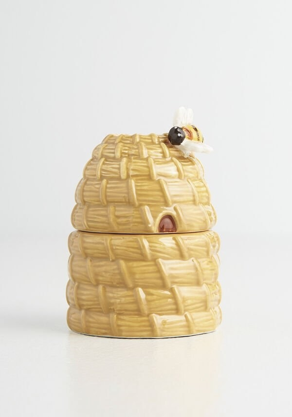 the beehive themed salt and pepper shakers