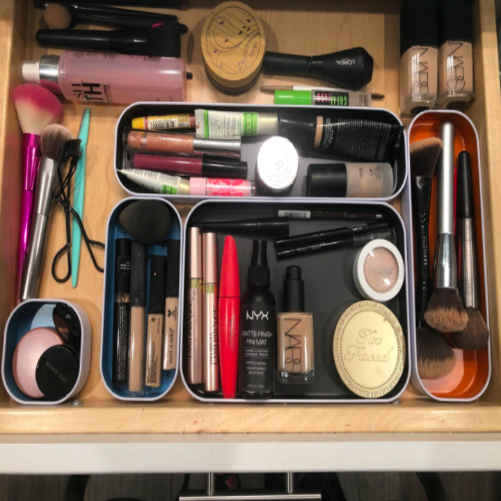 Reviewer using the organizers to hold their makeup