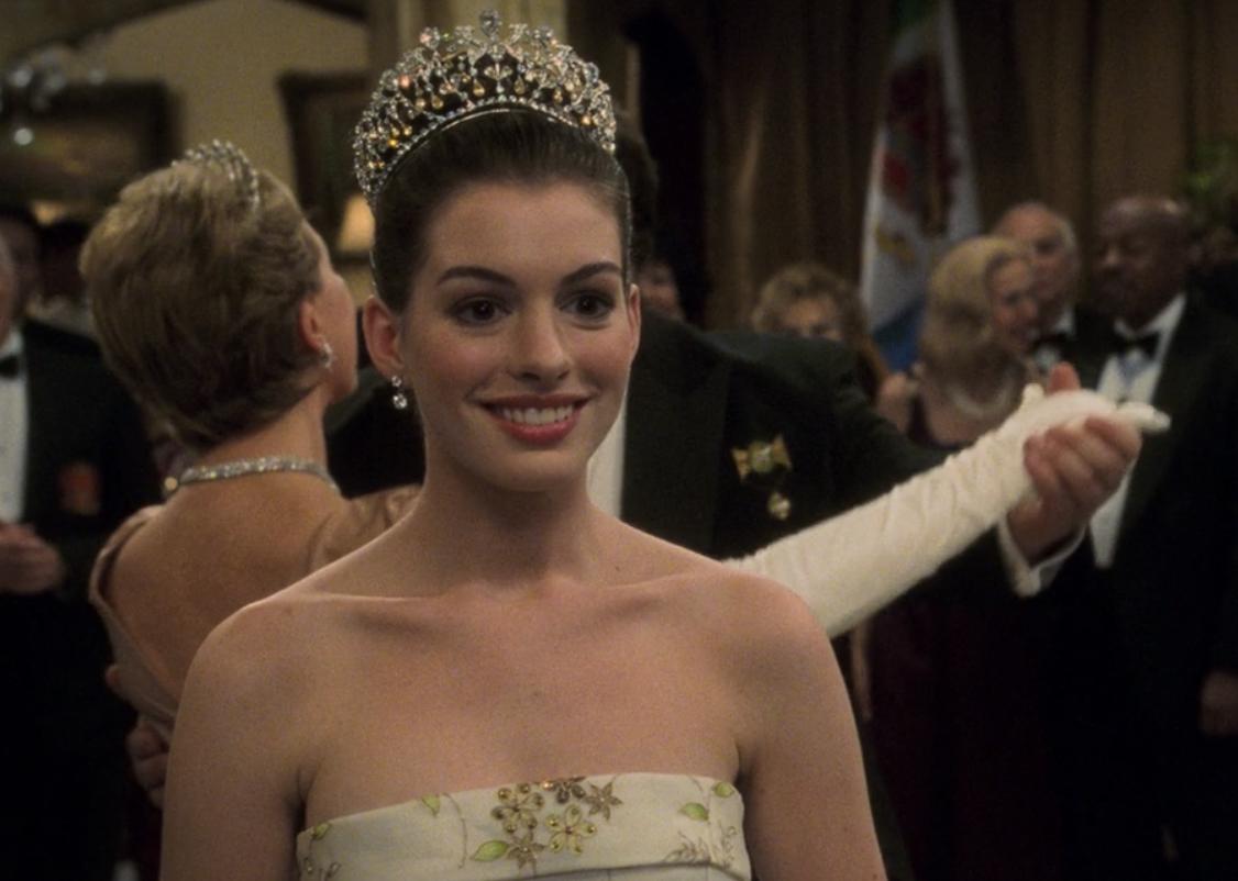 米亚头戴王冠,身穿无肩带礼服