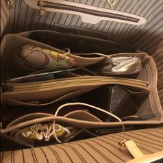 The organizer inside the bucket bag