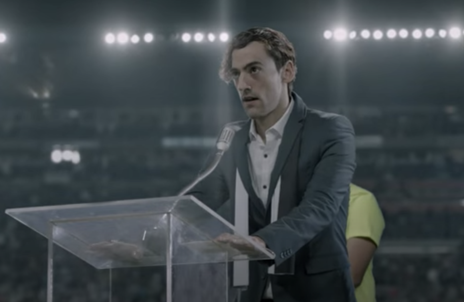 Chava giving a speech in Club de cuervos