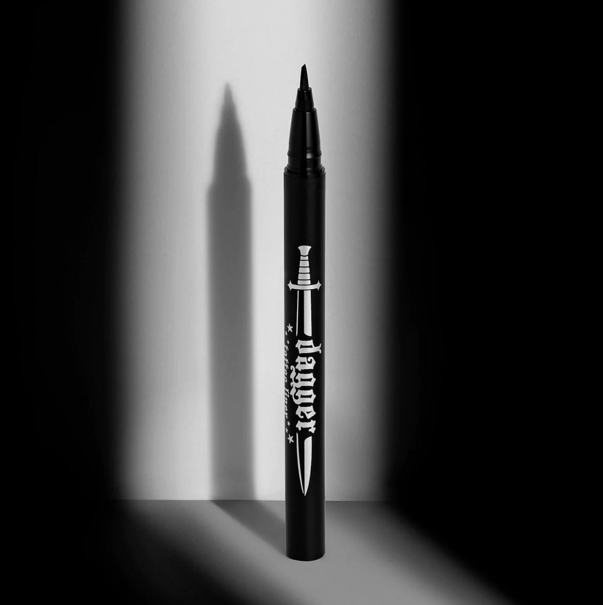 The eyeliner pen showing an angled felt tip