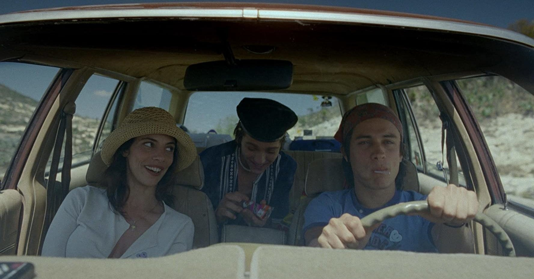Luisa, Tenoch, and Julio riding in a car in Y tu mamá también