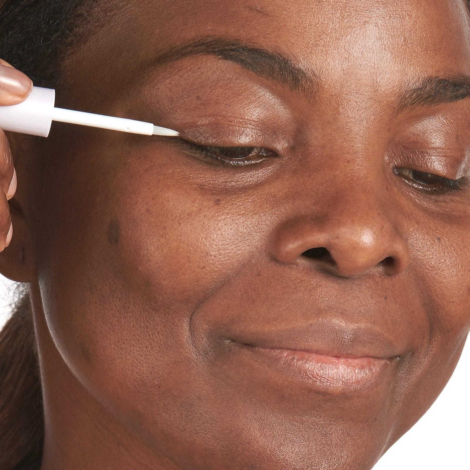 model applying the lash serum