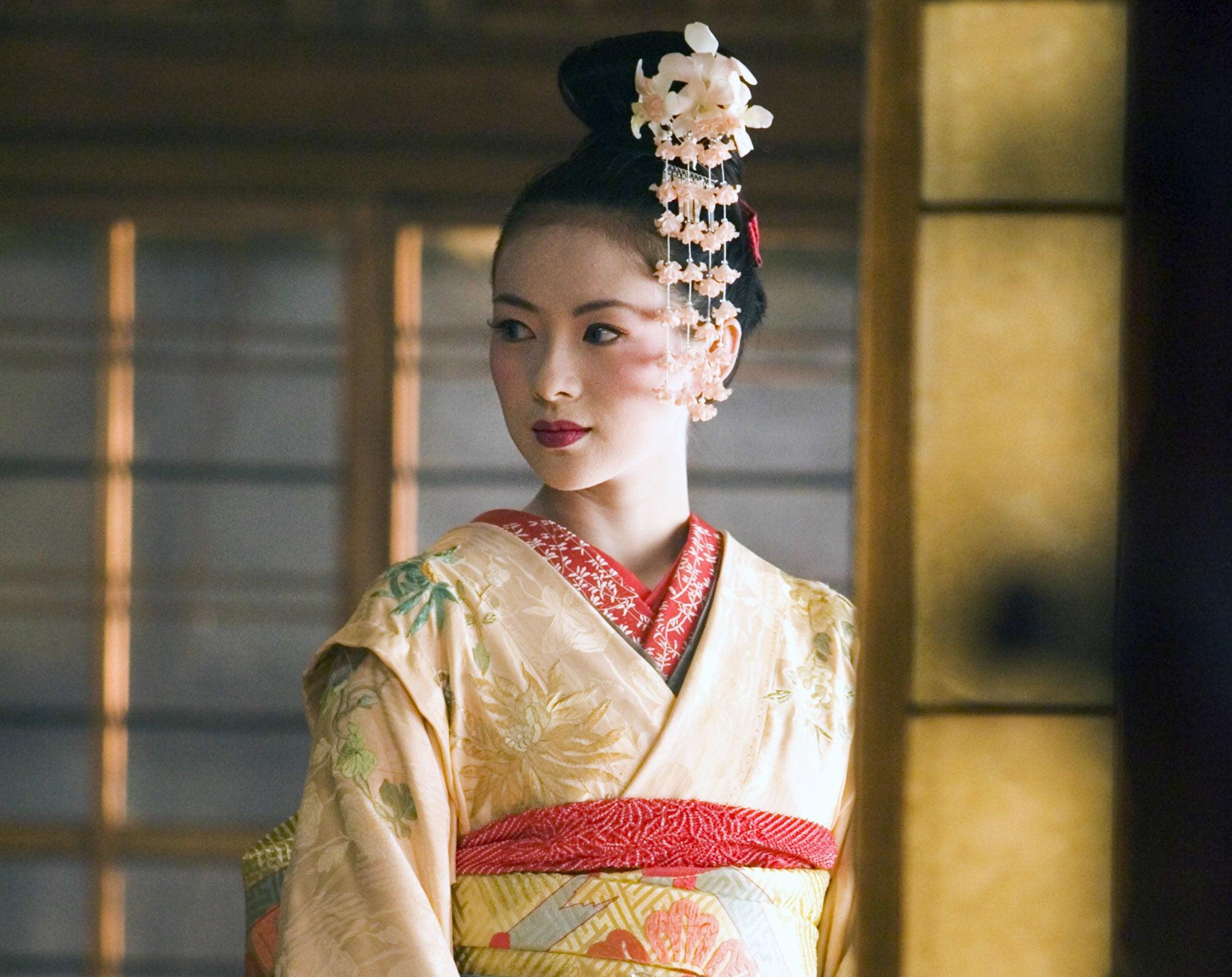 Ziyi Zhang as Chiyo dressed in traditional Geisha dress.