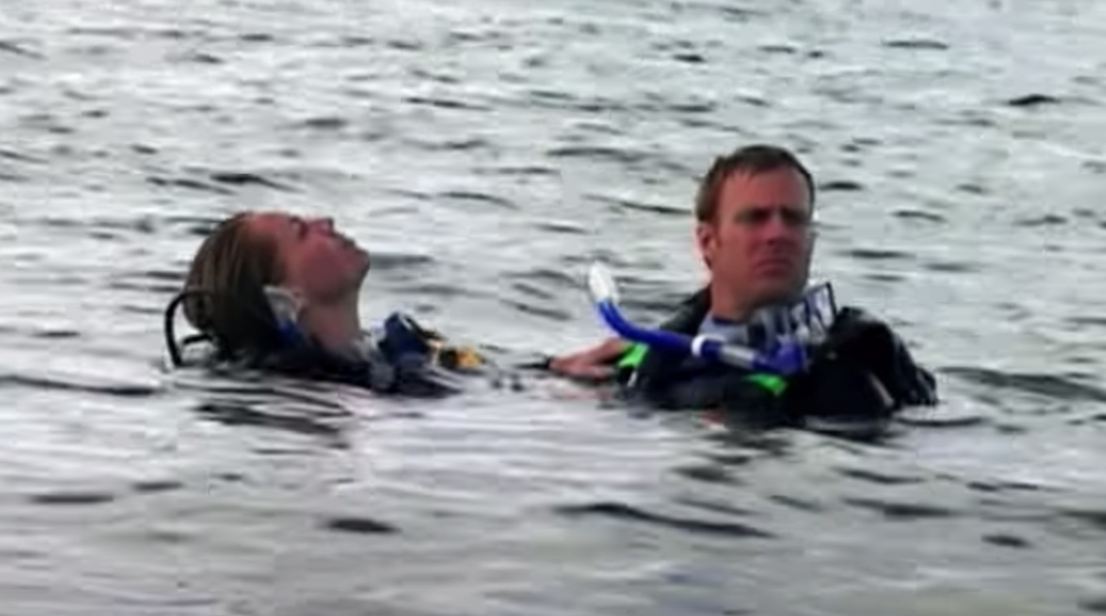 """Daniel and Susan abandoned in the ocean while wearing scuba gear in """"Open Water"""""""