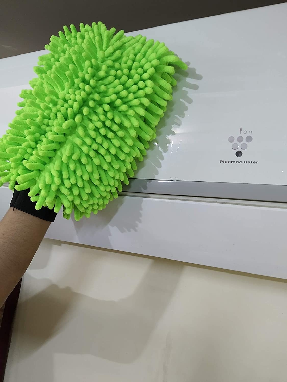 A microfiber cleaning glove