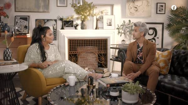 Demi berbicara dengan Tan di sofa