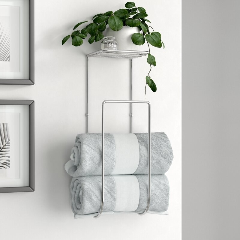 The towel rack with towels